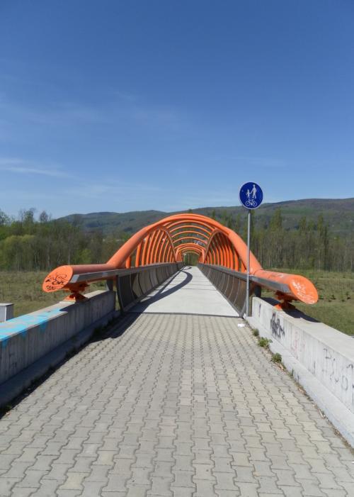Kočičí oči - most pro pěší nad dálnicí D8